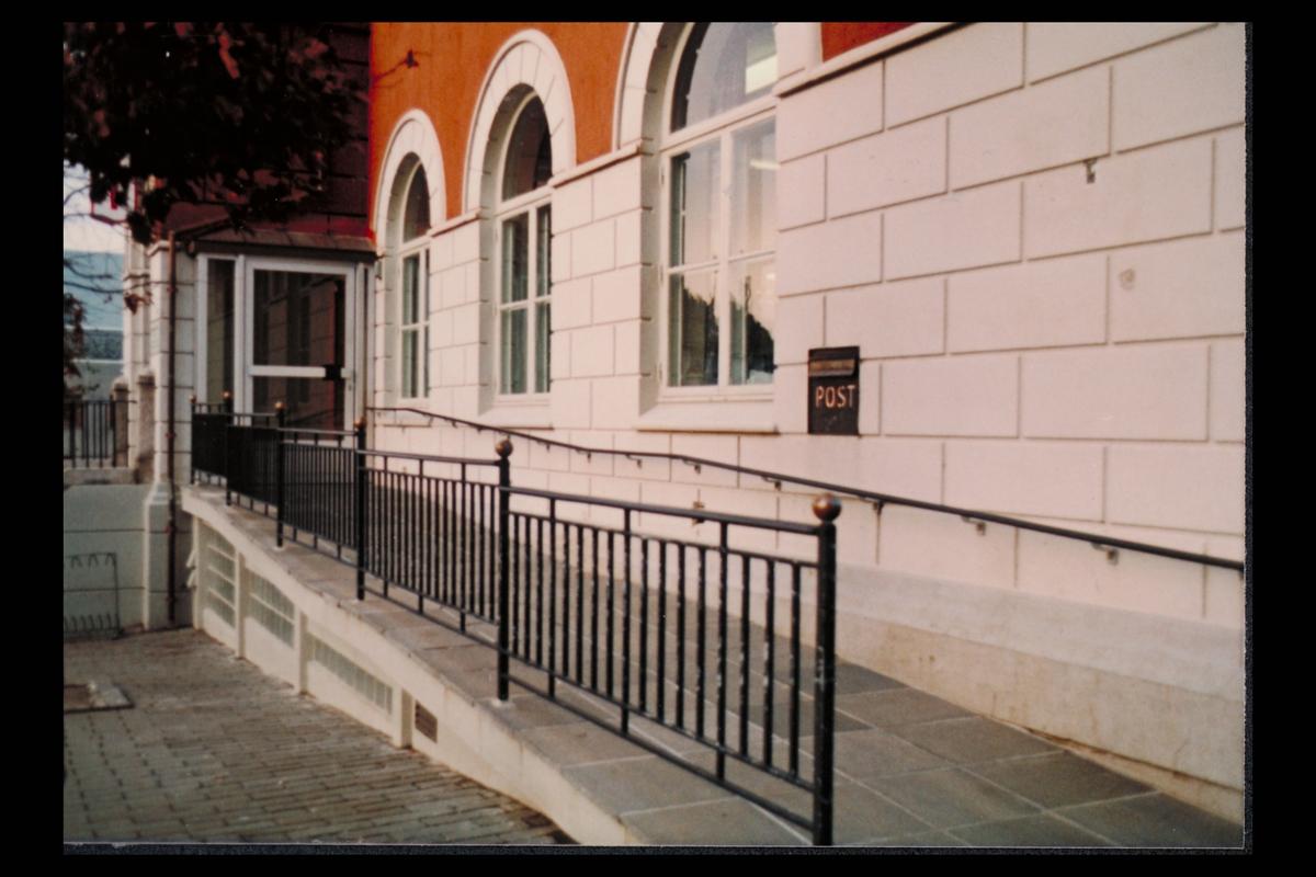 eksteriør, postkontor, 5500 Haugesund, postskilt, rullestolrampe