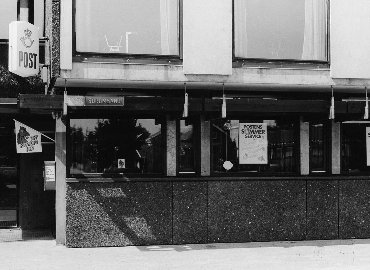 postkontor, eksteriør, 1920 Sørumsand,  2 postskilt, postkasse, rikstotovimpel, plakat i vinduet