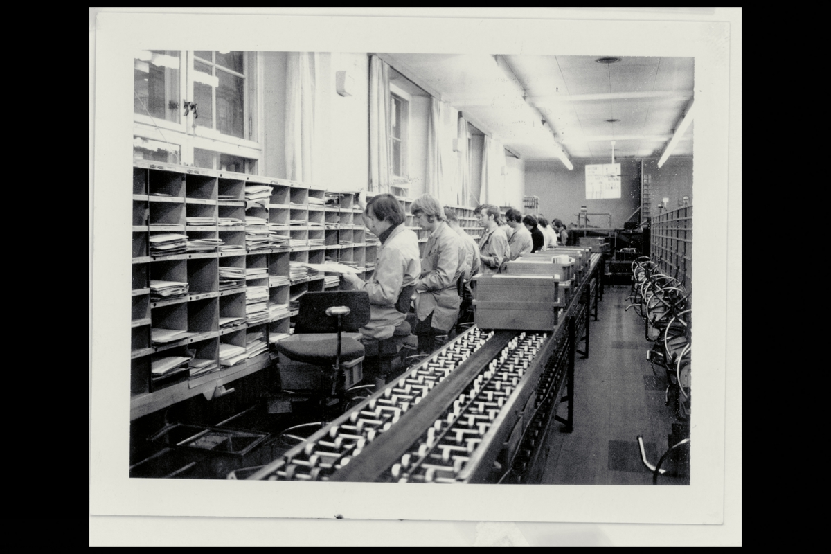 interiør, brevavdelingen, menn, sortering av post, post på rullebånd