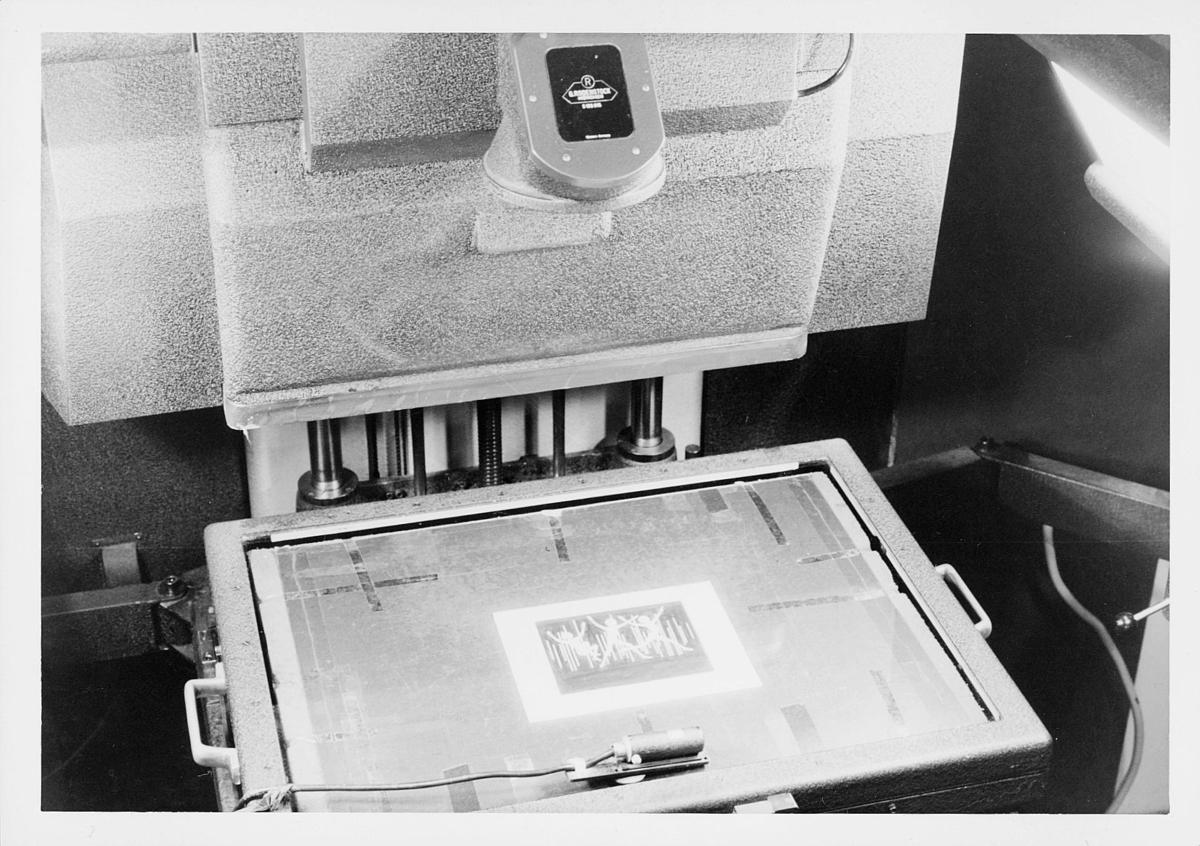 frimerketrykking, frimerkeproduksjon hos Emil Moestue A.S., dyptrykk, rasterdyptrykk, trykking av NK 696, 80 øre Glede / Ungdom og fritid, originalopptak, avfotografering av originaltegning