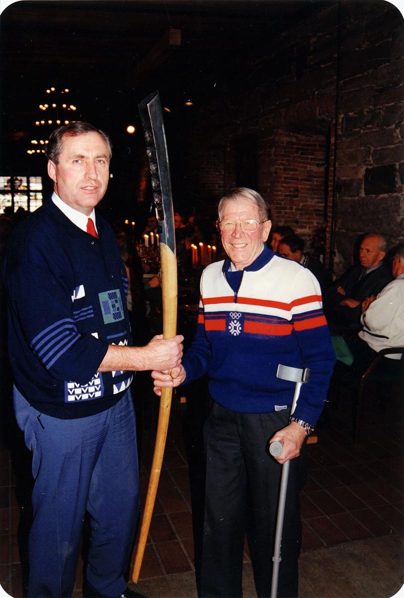 diverse, fakkelstafetten, overlevering av håndfakkelen, Kongsberg skimuseum, to menn