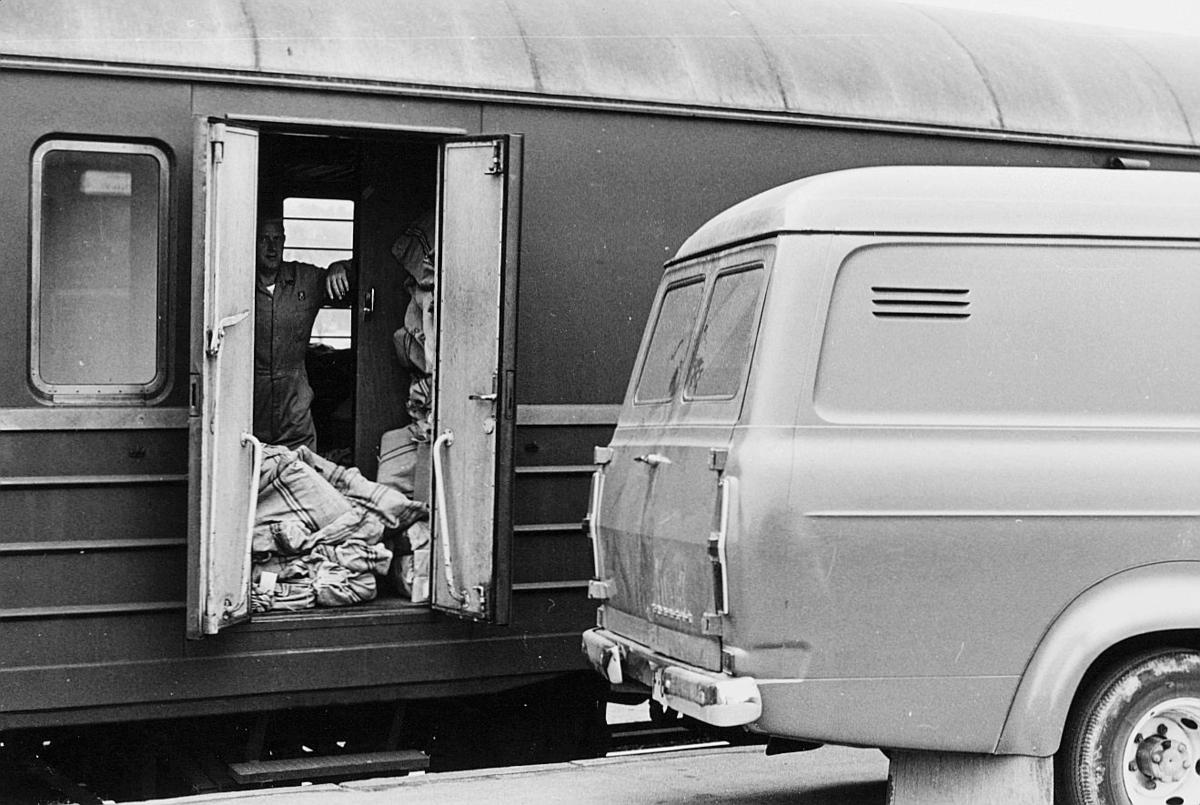 transport, tog, eksteriør, Oslo-Kristiansand, postvogn, postsekker, bil