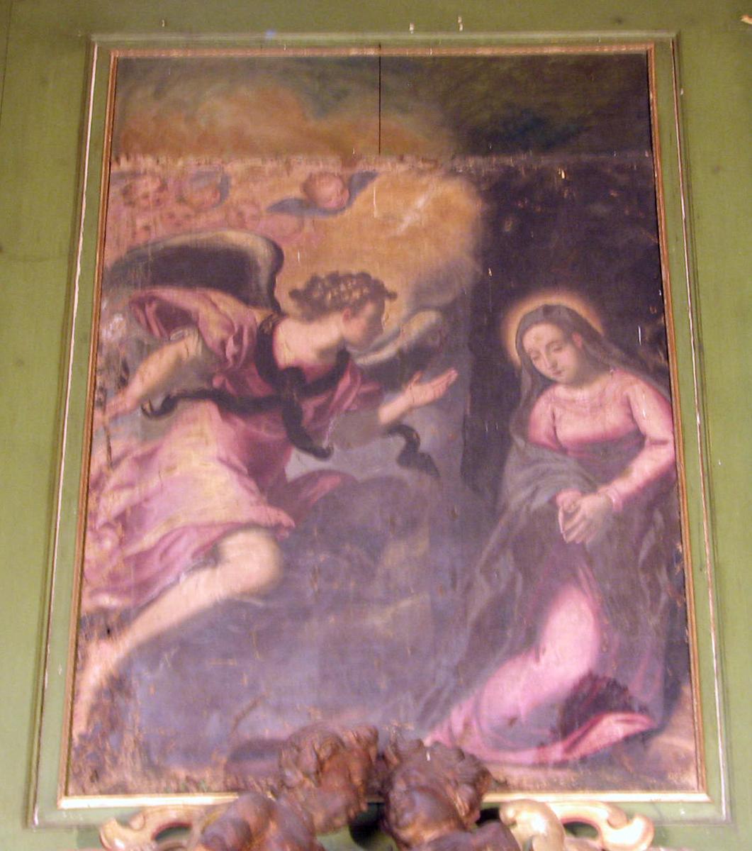 Bebudelsen; Maria m. glorie kneler tilh.; fiolett kjole, blå kappe; tilv. engelen, svevende, høyrev., utstrakt høyrehånd; småengler i lysglans.