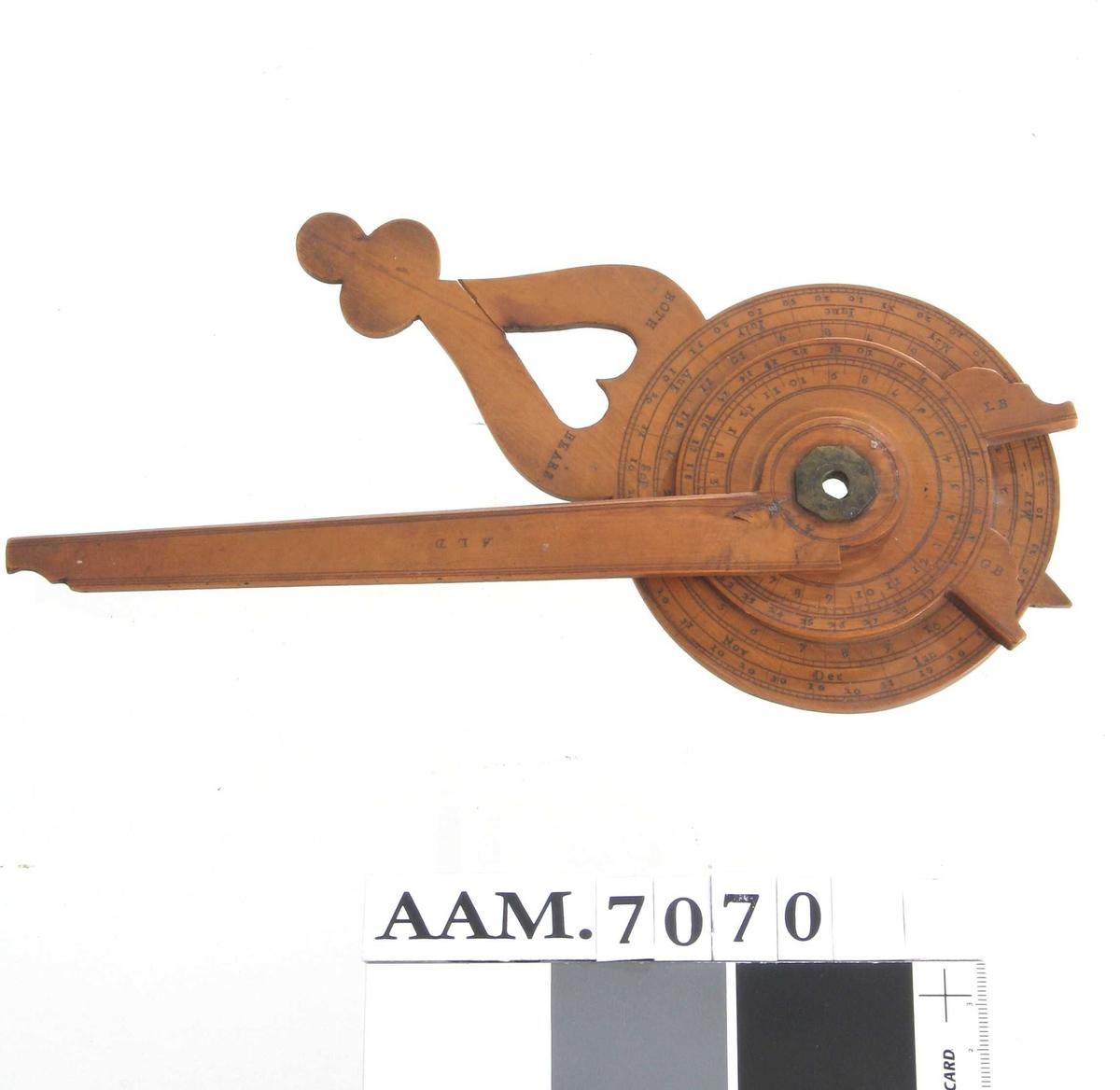 Brukt til å   finne klokkeslett om natten ved hjelp av stjernene  (Store og Lille Bjørn). Engelsk, 1730-40-årene.  Lys   polert   løvtre (pæretre?).   To sirkulære skiver, den ene med hjerteformet håndtak og tekst:   BOTH BEARS,  månedsnavn og datotall, baksiden har 4 tallrekker og tekst enkelte  steder:   Vnd, Abo  (pleier å være tidevannstabell og månekalender). Den mindre skive  har skala fra en til 24 (klokkeslettene) og to visere, med tekst   L B  (= Little Bear) og   G B  (= Great Bear). Om samme akse som skivene er festet et flatt håndtak  med tekst pm.:   A L D.  Tilstand febr. 1967: god.  før 1902.