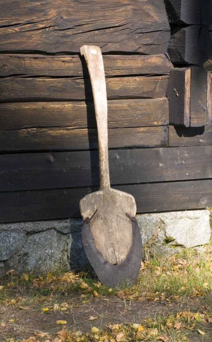 Form: Skaft og blad i ett stykke. Avrundet spiss.
