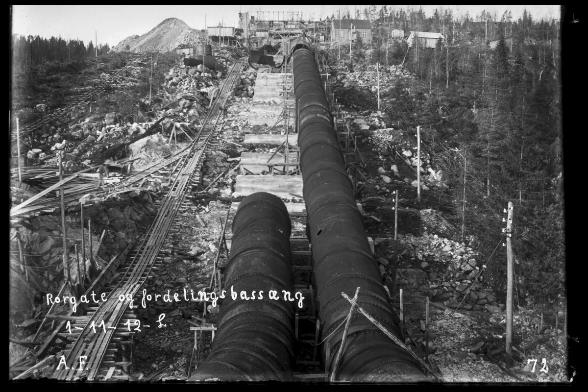 Arendal Fossekompani i begynnelsen av 1900-tallet CD merket 0010, Bilde: 15 Sted: Bøylefoss kraftstasjon i 1912 Beskrivelse: Rørgate og fordelingsbasseng