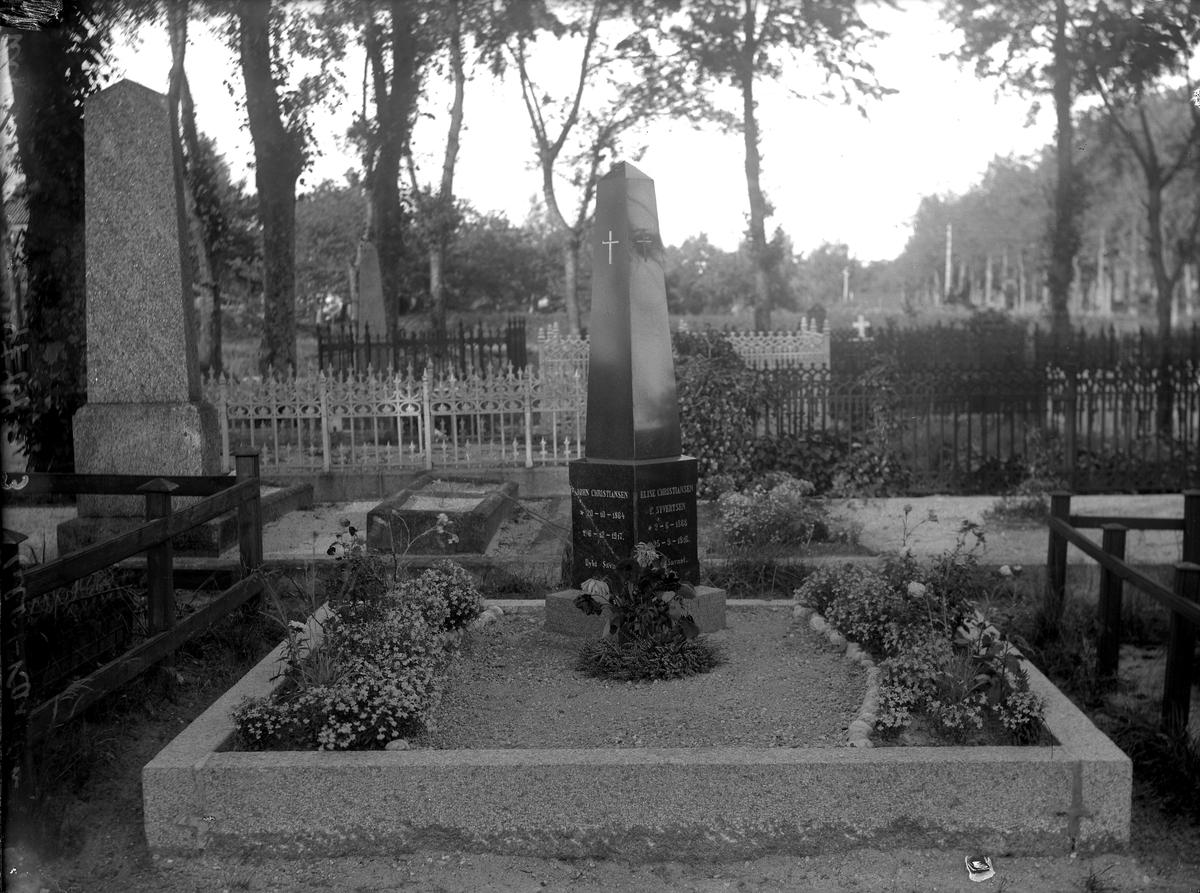Grimstad Kirkegård Gravstøtte Johan Christiansen og Elise, født Syversten