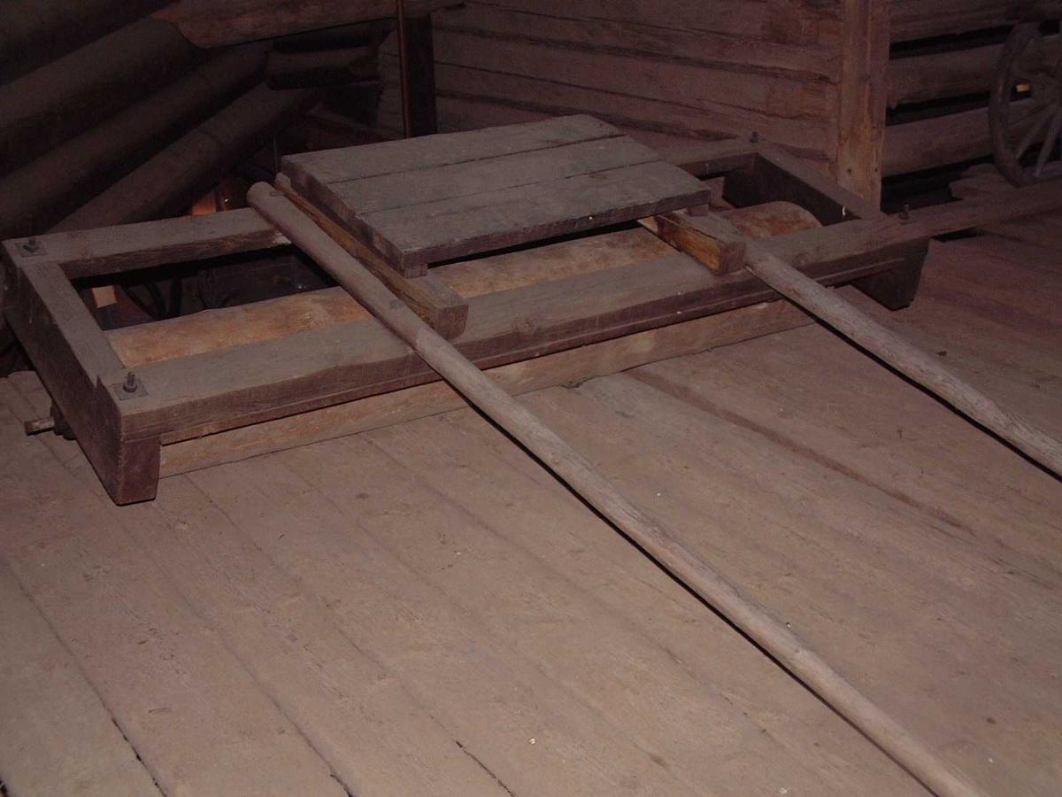 Form: Ramme av fire bjelker, trommel montert på denne. Lite sete. 2 skjæker.