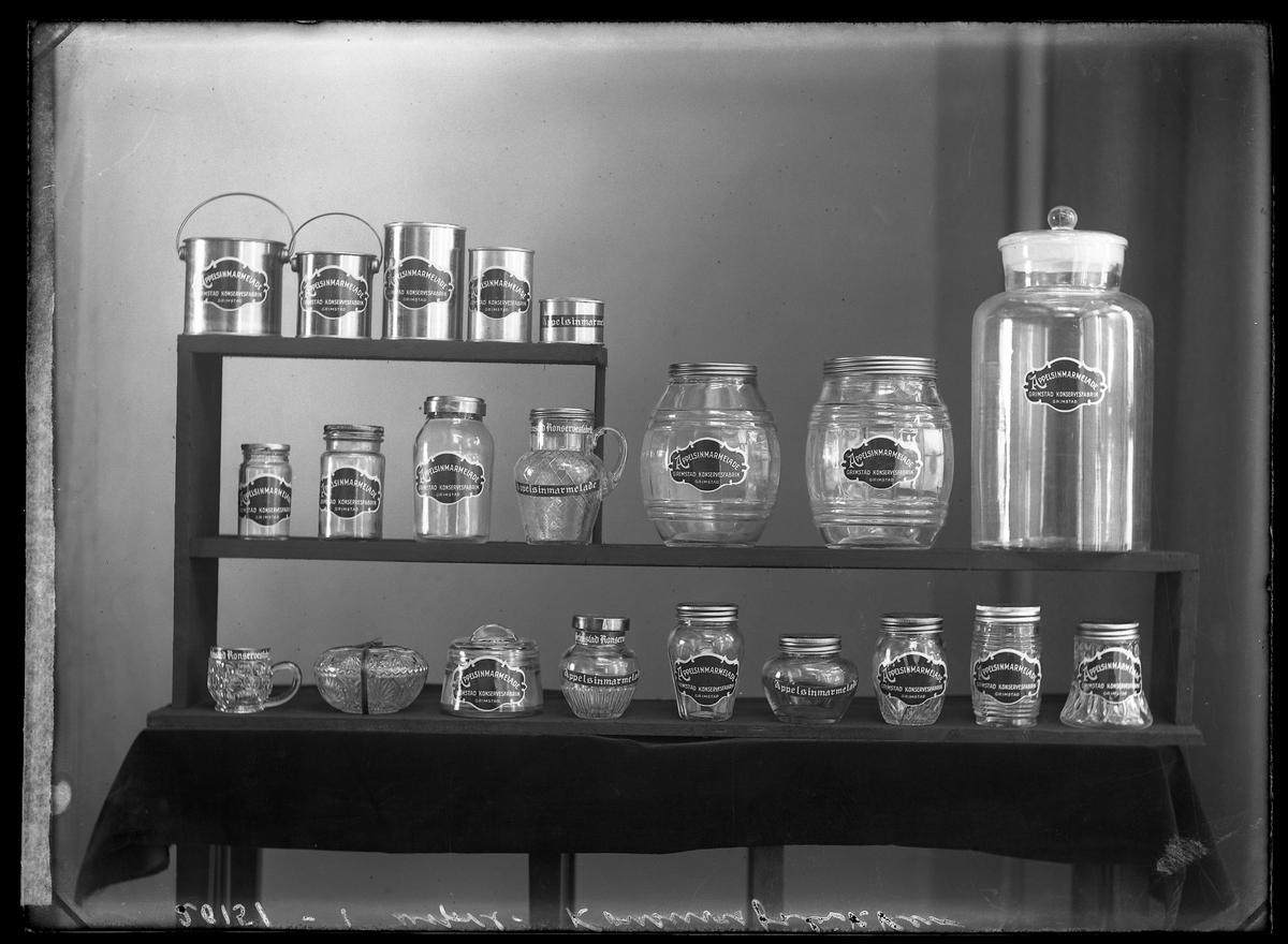 Forskjellige krukker, glass og blikkspann med Marmelade. Reklameopptak  på Konservesfabrikken