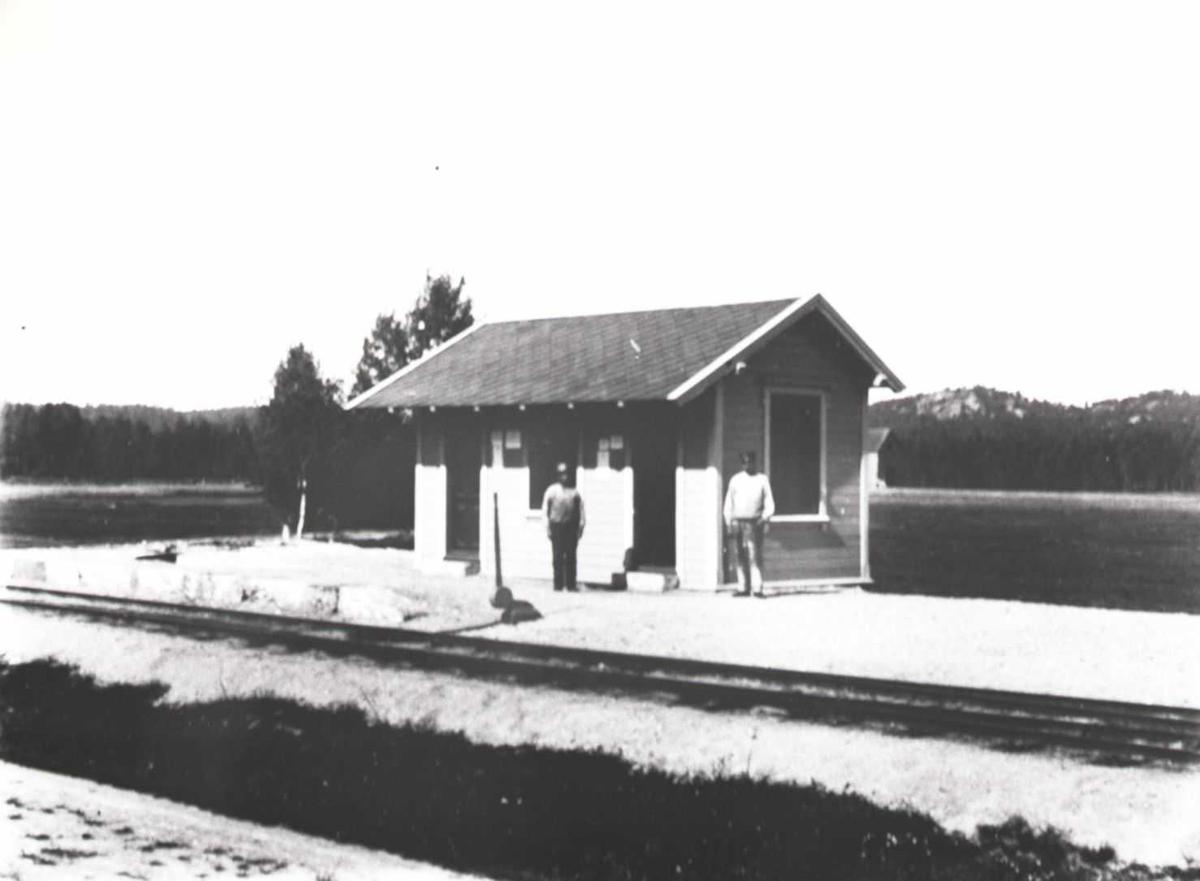 Lillesand - Flaksvandbanen: To personer på Eikeland stasjon
