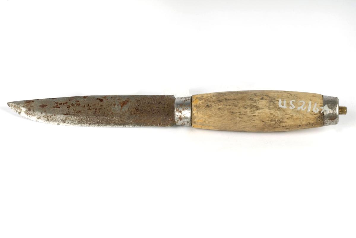 """Mål: H 22 Skaft: B 2,8 Blad: B 2,1 Slira: H 17,2 B 3 A: Knivblad og tange i et stykke, tangen festet, klinket, øverst i skaftet med beslag. Skaftet ovalt tverrsnitt. Merker på eggen etter sliping. B: Framsiden har innrisset taggeformet blad. Baksiden påloddet metallhengsel hvor en lærlapp er stukket igjennom, stroppen er bøyd og festet med nagle, spalte i læret (for å kunne brukes i beltet) (reg.) Tidl. reg. """"Slirekniv"""""""