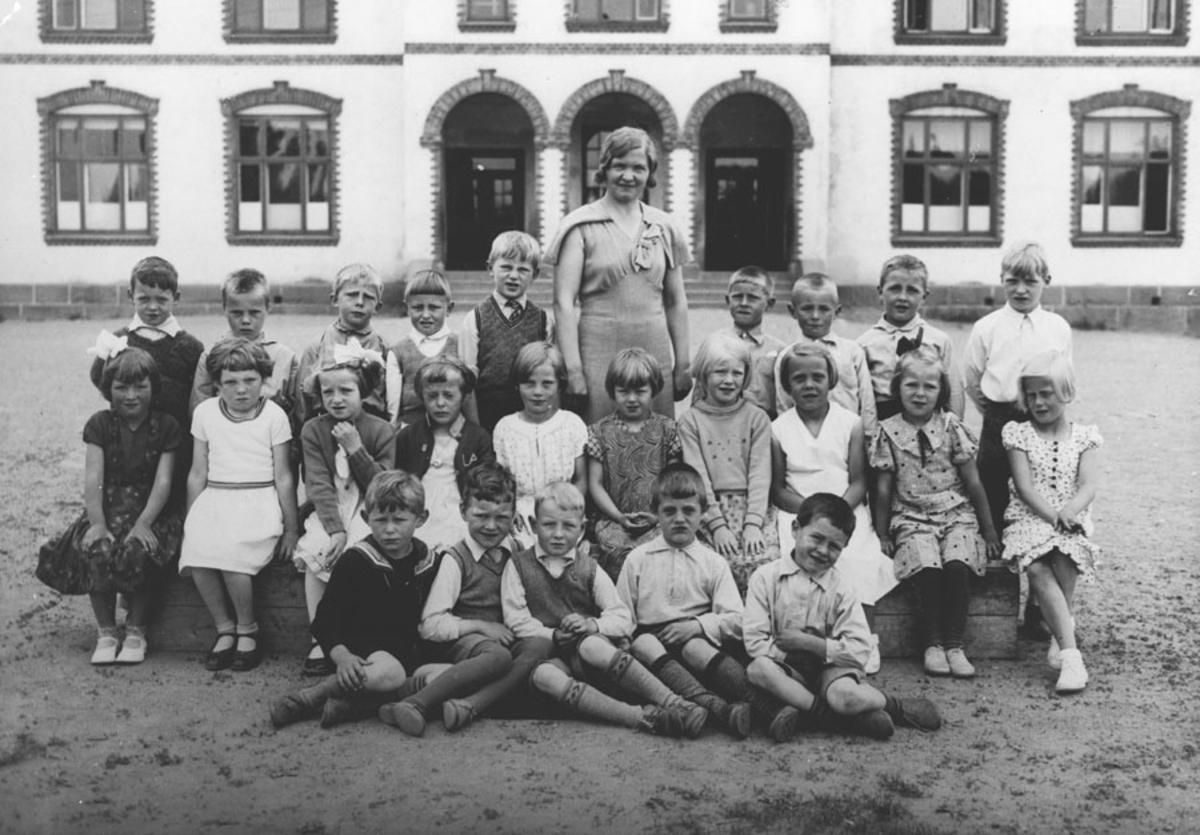 1. kl. 1936 Kontra skole med lærerinne Barbro Myhre