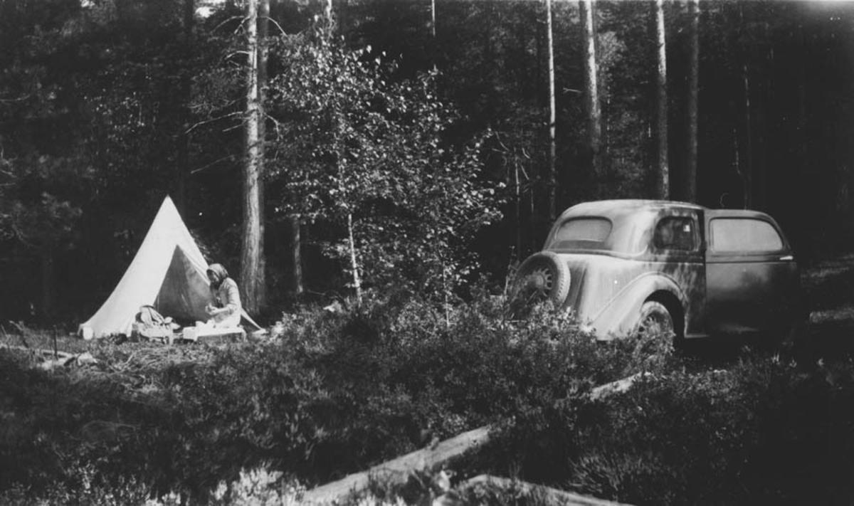 Campingtur m/telt, ryggsekk, og bil.