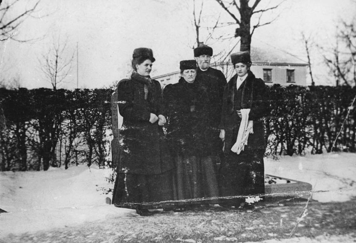 Familie på kirkegården