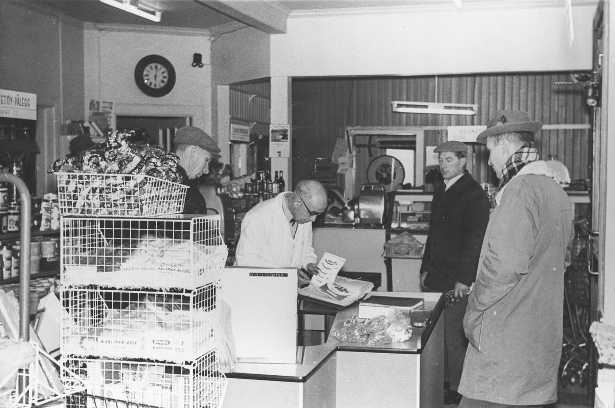 Erling Aamodt's siste kunde i sin butikk