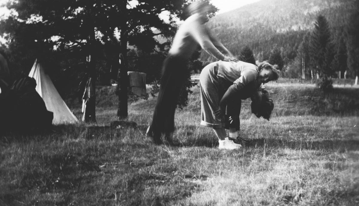 To personer hopper bukk. Campingtur.