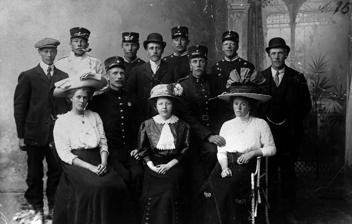 Venner og familie på besøk hos soldater på Gardermoen.