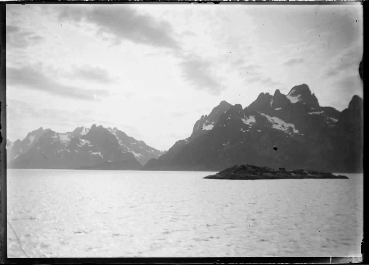 Fjord og fjell.