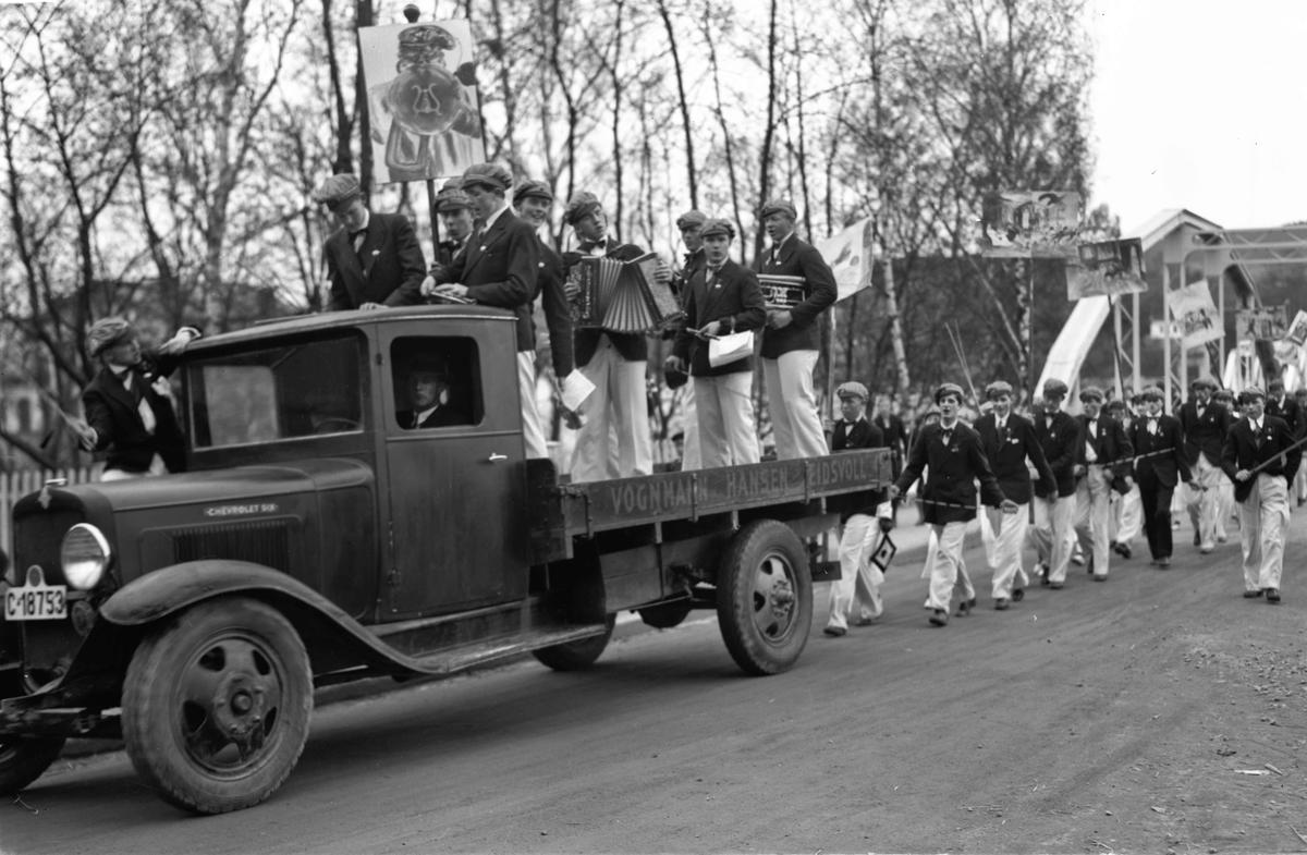 17. mai tog over Sundbrua. Russetog. Chevrolet Six lastebil, 1931, evt. 1932 - modell, tilhørende Vognmann Hansen.