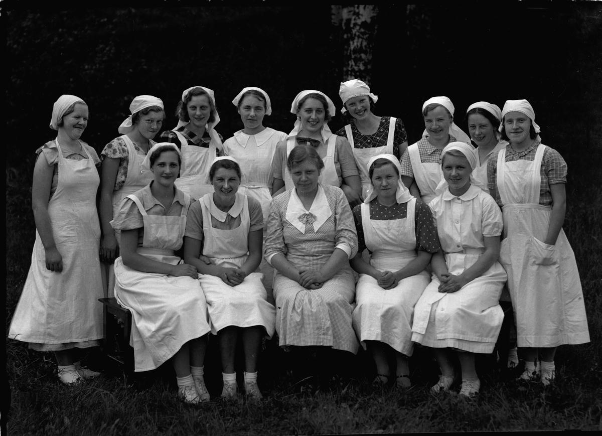 Gruppe kvinner i hvite uniformer.