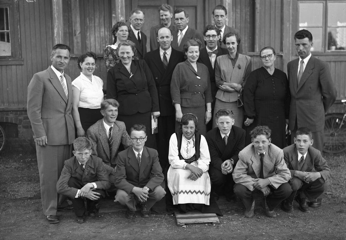 Foreldre, barn og lærere ved Bøn skole. Lærer Per Sæther til venstre og lærer Odd Otterlei til høyre.
