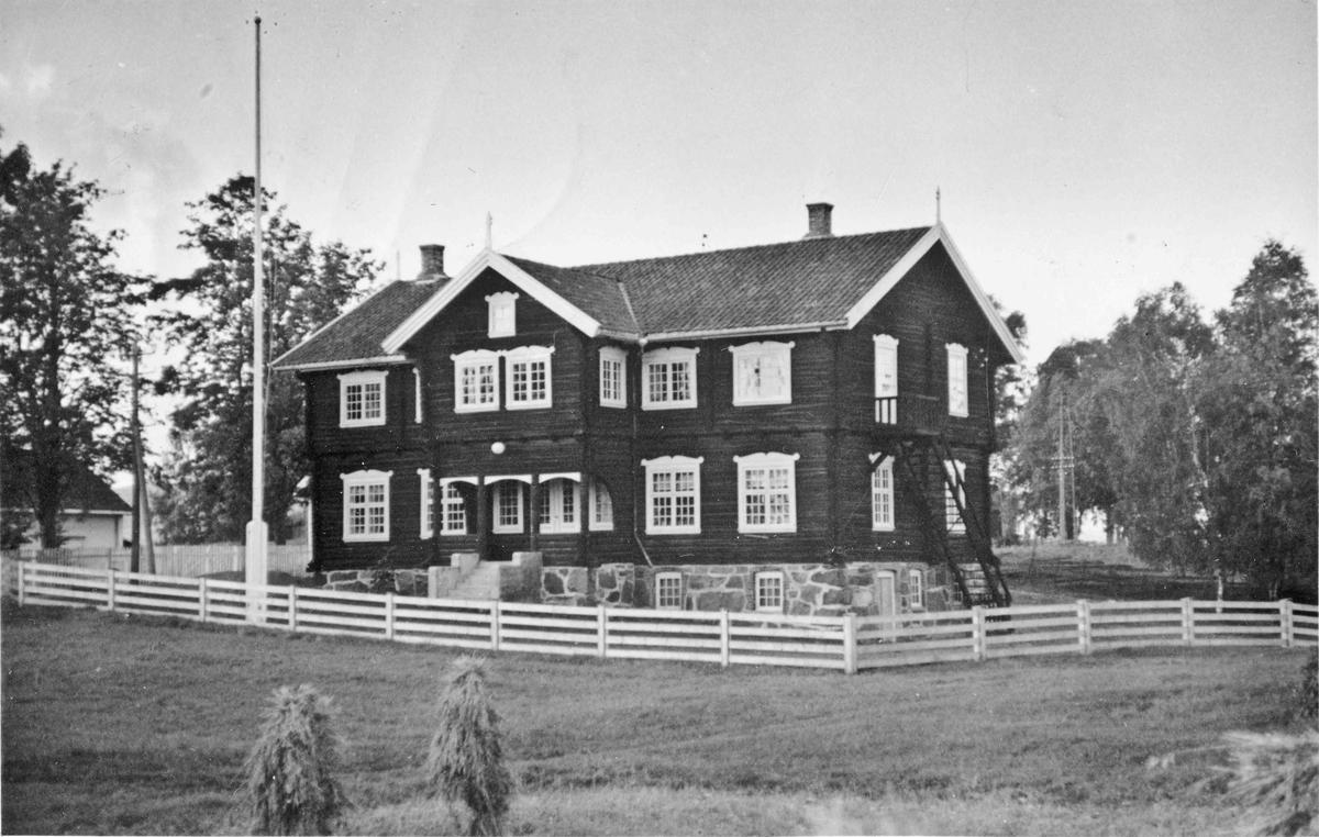 Langset kommunelokale. Bygget ble reist i 1910.