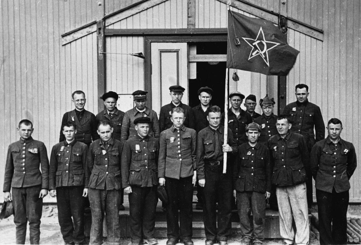 """Sovjetiske krigsfanger utenfor """"Håpet"""" på Eidsvoll Verk, etter frigjøringen i 1945."""