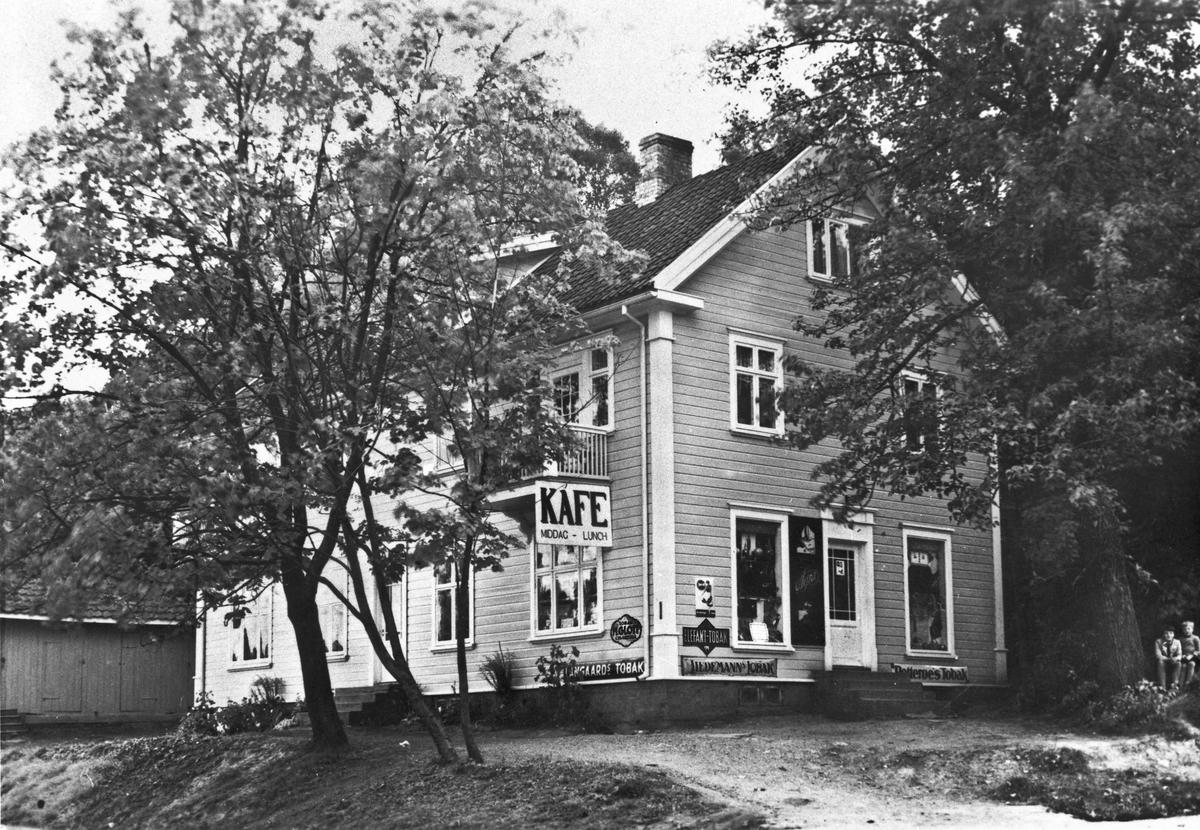 Løvli forretning og kafé. Lå ca. 50 m. sør for der veien fra gamle Eidsvoll stasjon kommer opp på hovedveien.
