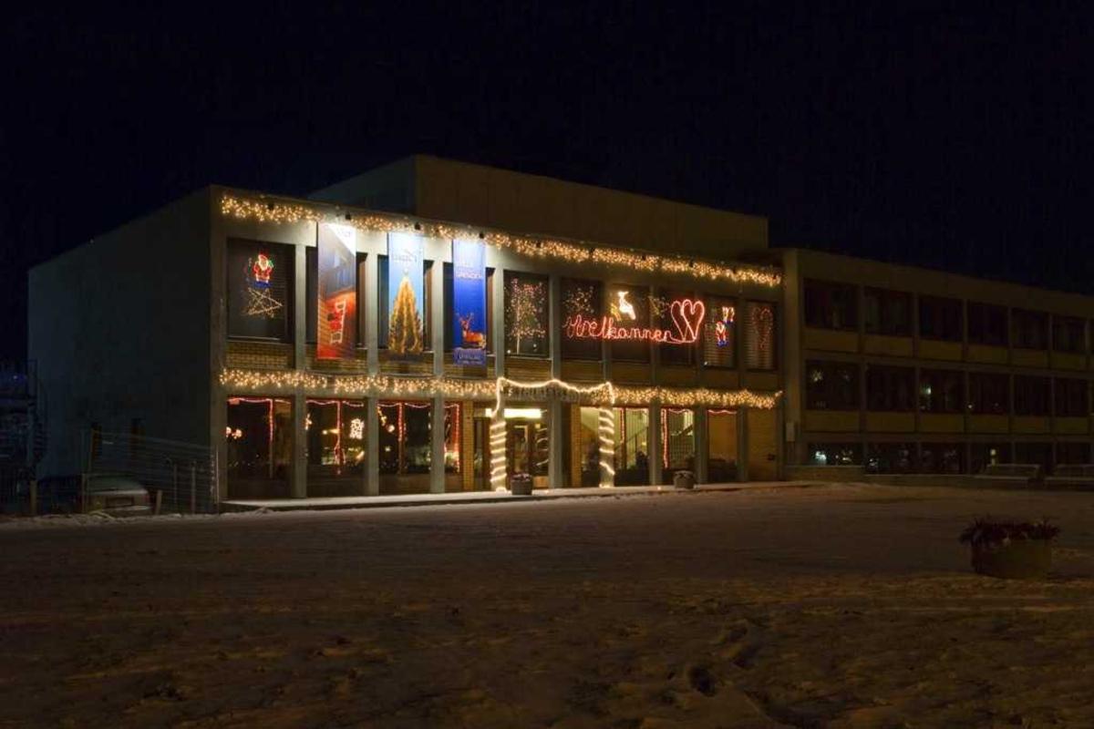 """Julebelysning.  Akershus fylkesmuseum med fargestrålende julebelysning i forbindelse med utstillingen """"Det lyser mye i stille grender"""" 2006"""