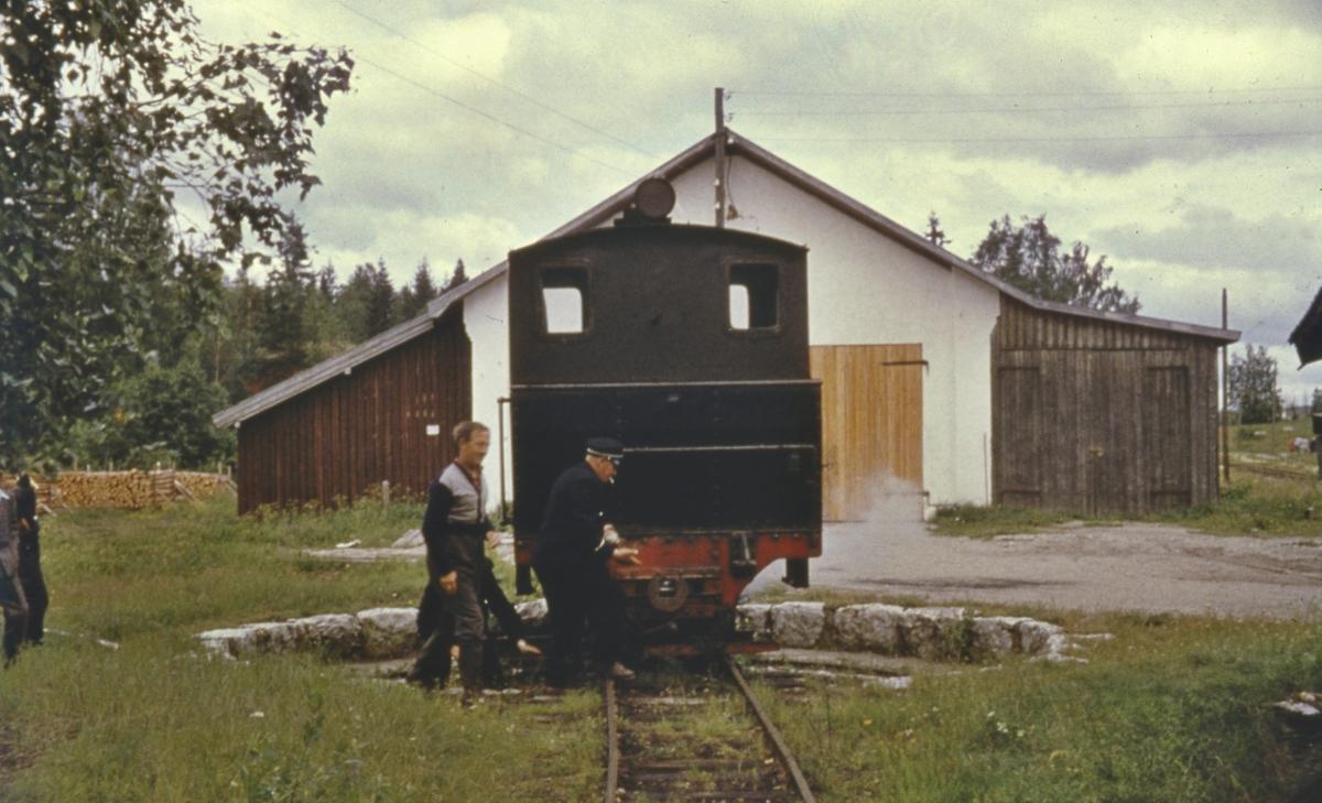 Lok 7 Prydz snus på svingskiven på Skulerud siste ordinære driftsdag.