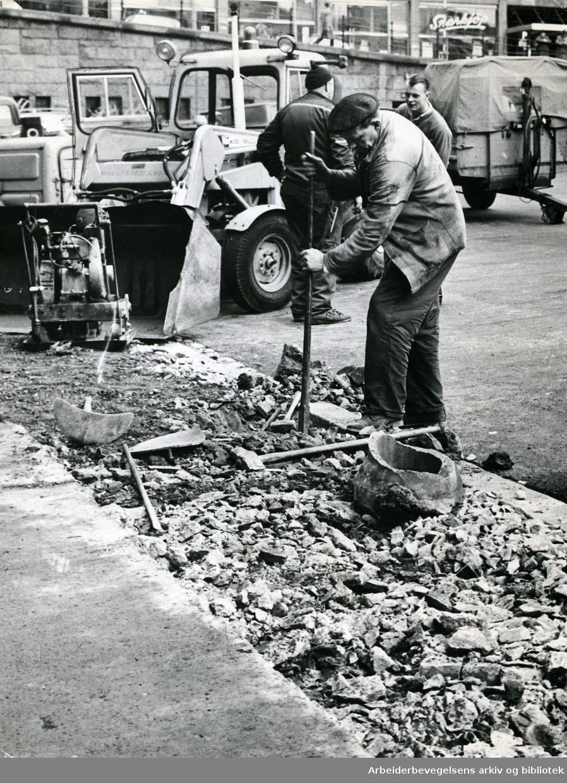 Oslo veivesen legger ny asfalt på Youngstorget, oktober 1965.
