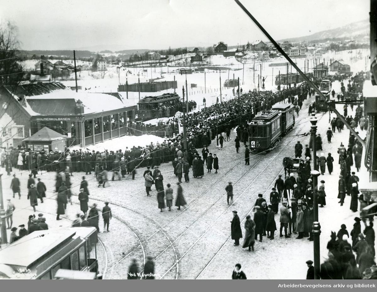 Majorstuen stasjon sett fra Valkyriegata, sannsynlig en Holmenkollsøndag, .ca. 1915