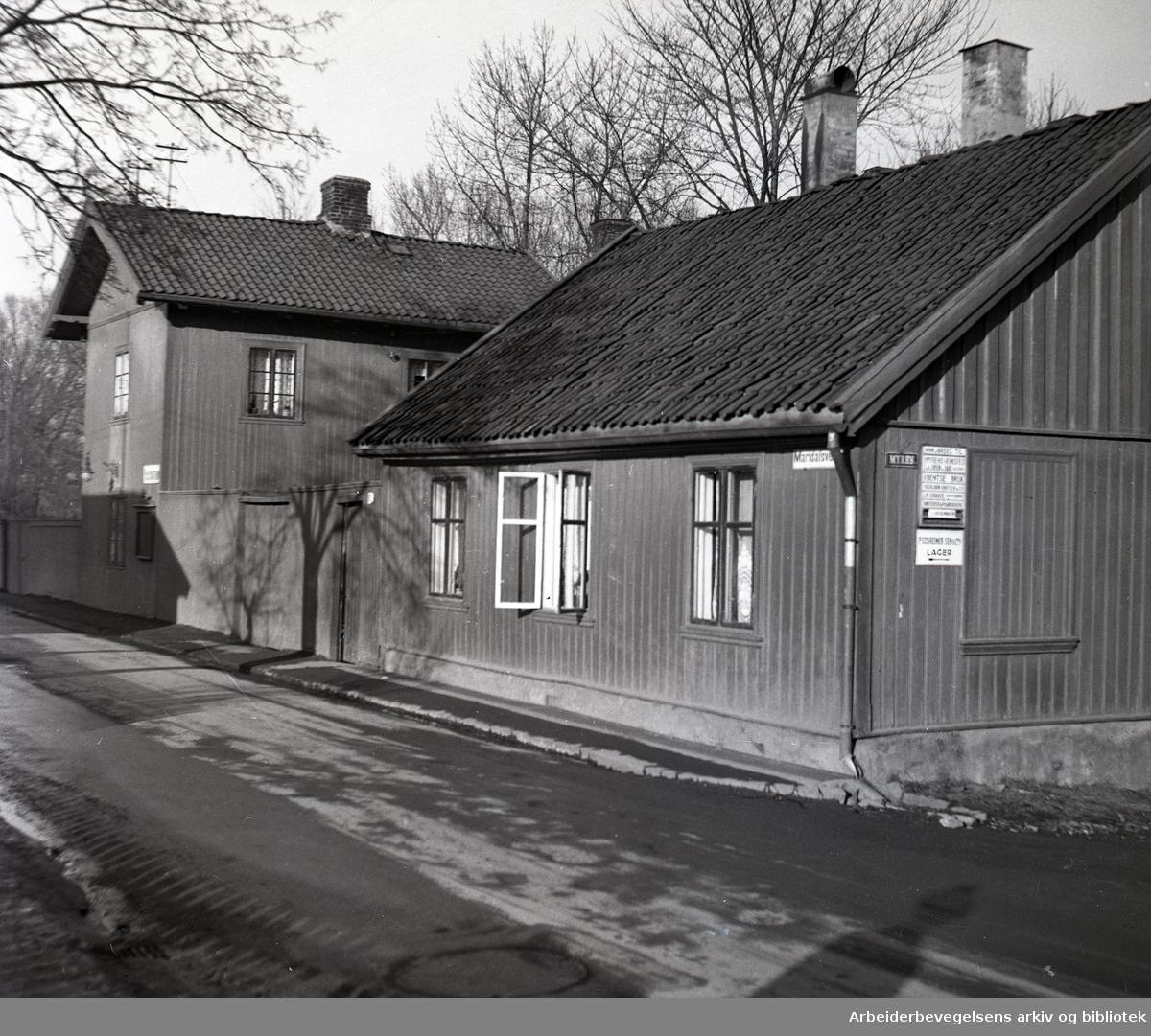 Maridalsveien 91, med Sagene politistasjon (til venstre), og inngang til Myrens Verksted (til høyre),.1930-35