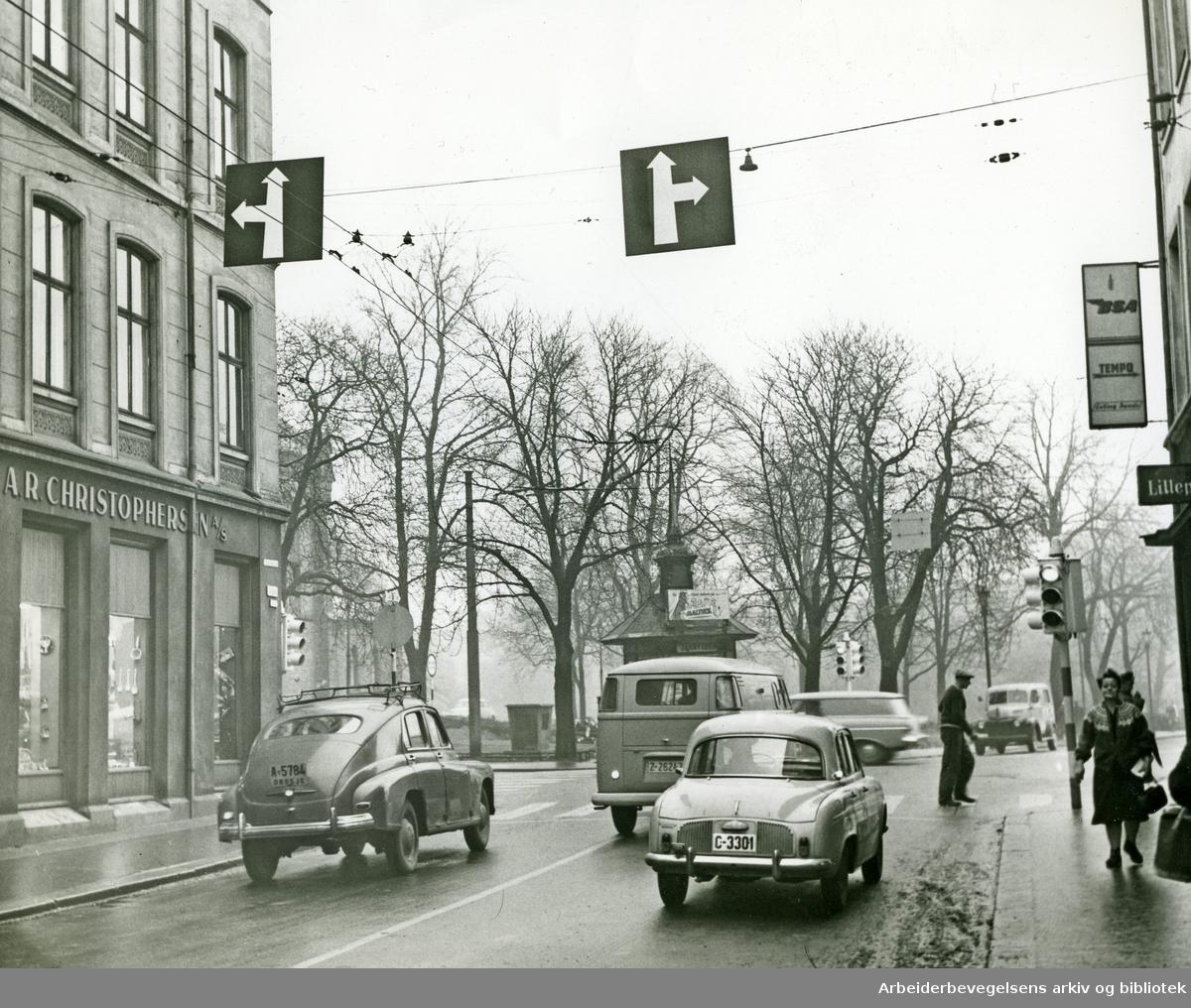 Trafikk i krysset mellom Torggata og Hausmanns gate,.1960