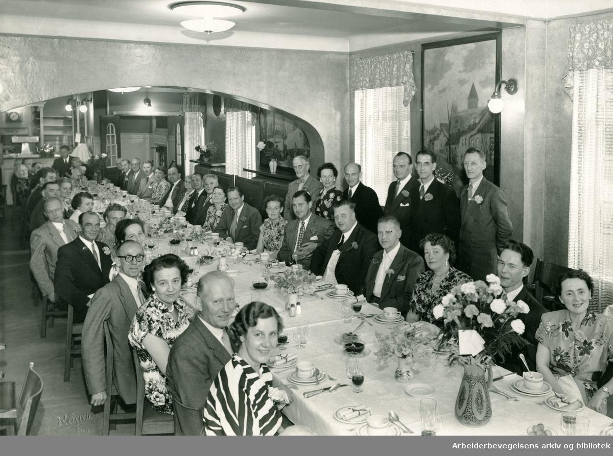 Oslo Kelnerforening møtes på restaurant Schrøder i Folkets Hus, som lå på hjørnet av Henriks Ibsens gate og Torggt. Stående til venstre, foreningens formann, Wilhelm P. Sommer,.1950-55.