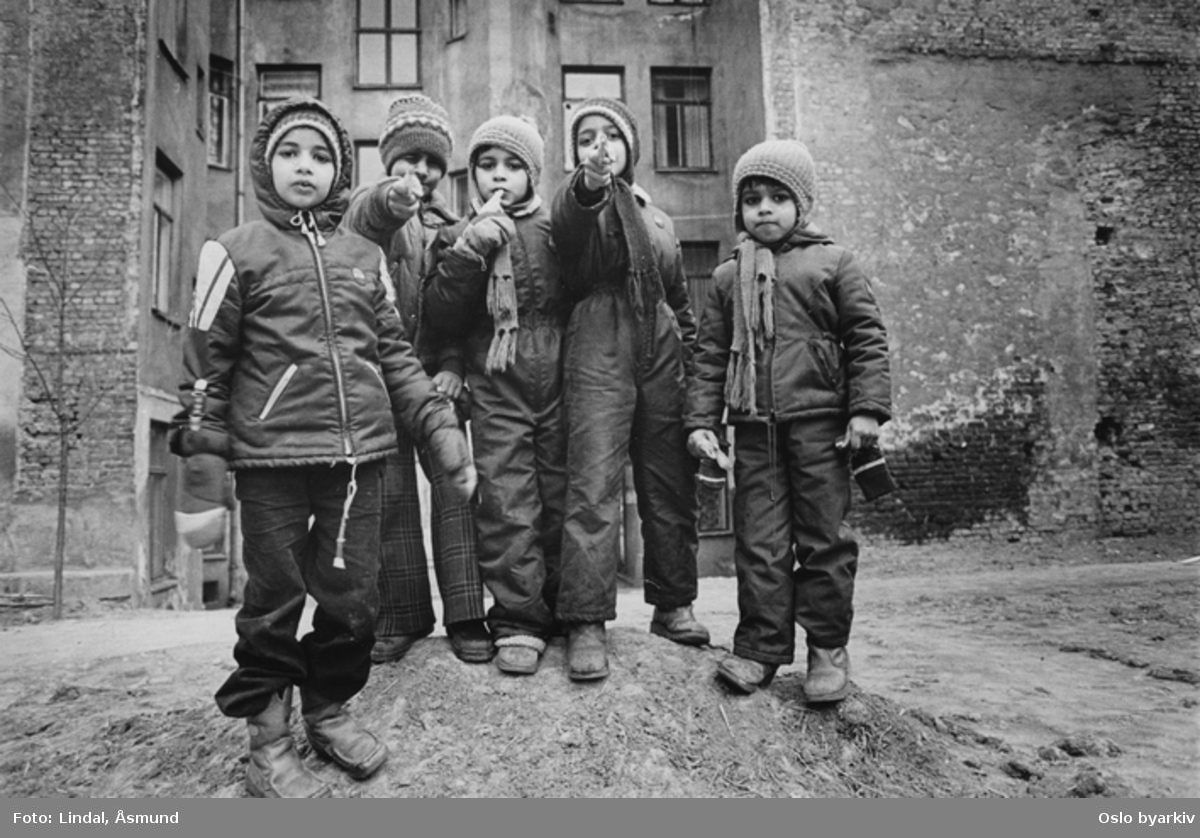 Barn i lek i bakgården. Med bakgården som lekeplass. Innvandrernes boforhold. Fotografiet er fra prosjektet og boka ''Oslo-bilder. En fotografisk dokumentasjon av bo og leveforhold i 1981 - 82''. Kontakt Samfoto ved ev. bestilling av kopier.