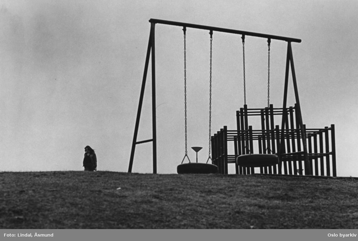 Lekeplass Fotografiet er fra prosjektet og boka ''Oslo-bilder. En fotografisk dokumentasjon av bo og leveforhold i 1981 - 82''. Kontakt Samfoto ved ev. bestilling av kopier.