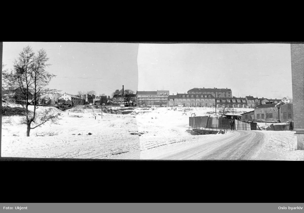 Gang (kjørevei) nordover langs Myrens verksted med bru over Akerselva til Myraløkka (uopparbeidet parkområde) en vinterdag. Venstre i bildet bebyggelsen i Maridalsveien, (153 Sagene lunsjbar/ Fontana Mineralfabrikk), Bjølsen skole (løkkuppel) og mot høyre Bentsegata. Høyre midt i bildet arbeiderboligene til Myrens Verksted bygget i engelsk stil (1914) i Arendalsgata. Sammensatt bilde.