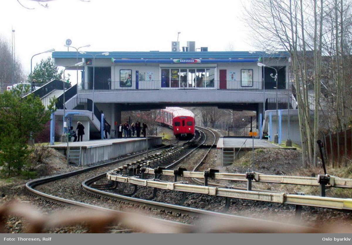Oslo Sporveier. Østensjøbanen. T-banevogn 1114, serie T3, i tog på linje 3 på inngående, her ned mot Bøler stasjon. Narvesenkiosk.