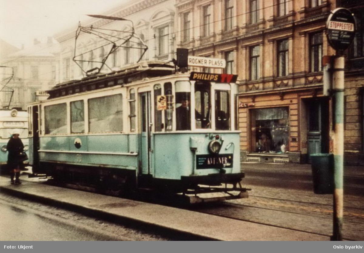 Oslo Sporveier. Frognertrikken. Trikk motorvogn 70 type SS lang (fra 1914) på linje 2 mot Frogner plass, ekstravogn. Her ved stoppested på Drammensveien. Bilde tatt en gang mellom 1965-1968.