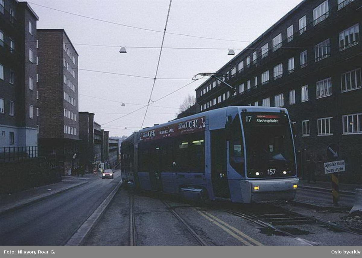 Oslo Sporveier. Trikk motorvogn 157 type SL95 linje 17 til Rikshospitalet vender ved midlertidig endestasjon i Trondheimsveien, ved Mailundveien, grunnet anleggsarbeide / sporutbedring.