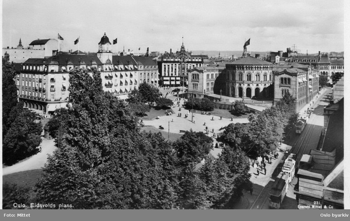 Oslo Sporveier. Trikk motorvogn og tilhenger type SS linje 5, Majorstuen-Østbanen over Frogner, her i Stortinsgata. Stortinget, Eidsvolls plass, Grand Hotel. Postkort 231.