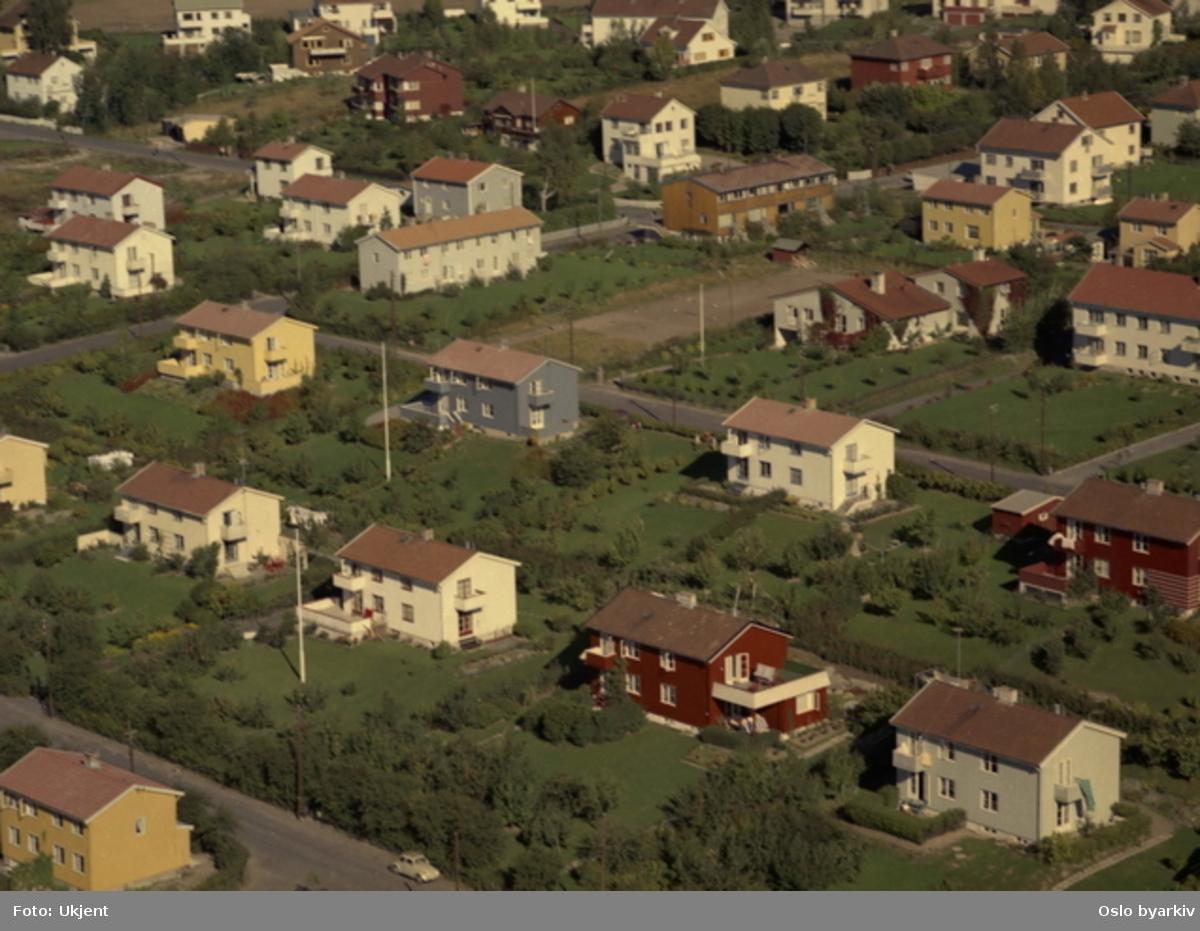 Sørsletta og Linhusveien midt i bildet, Gravdalsveien i front. (Flyfoto)