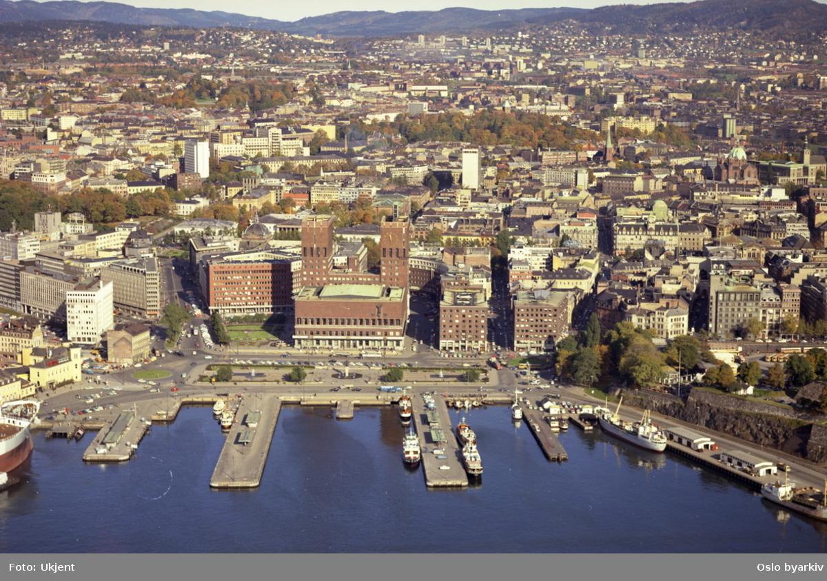 Råduset med Rådusplassen i front. Olav V`s gate til venstre og Hieronymus Heyerdahls gate og Tordenskiolds gate til høyre for Rådhuset. Akershusstranda mot høyre. (Flyfoto)