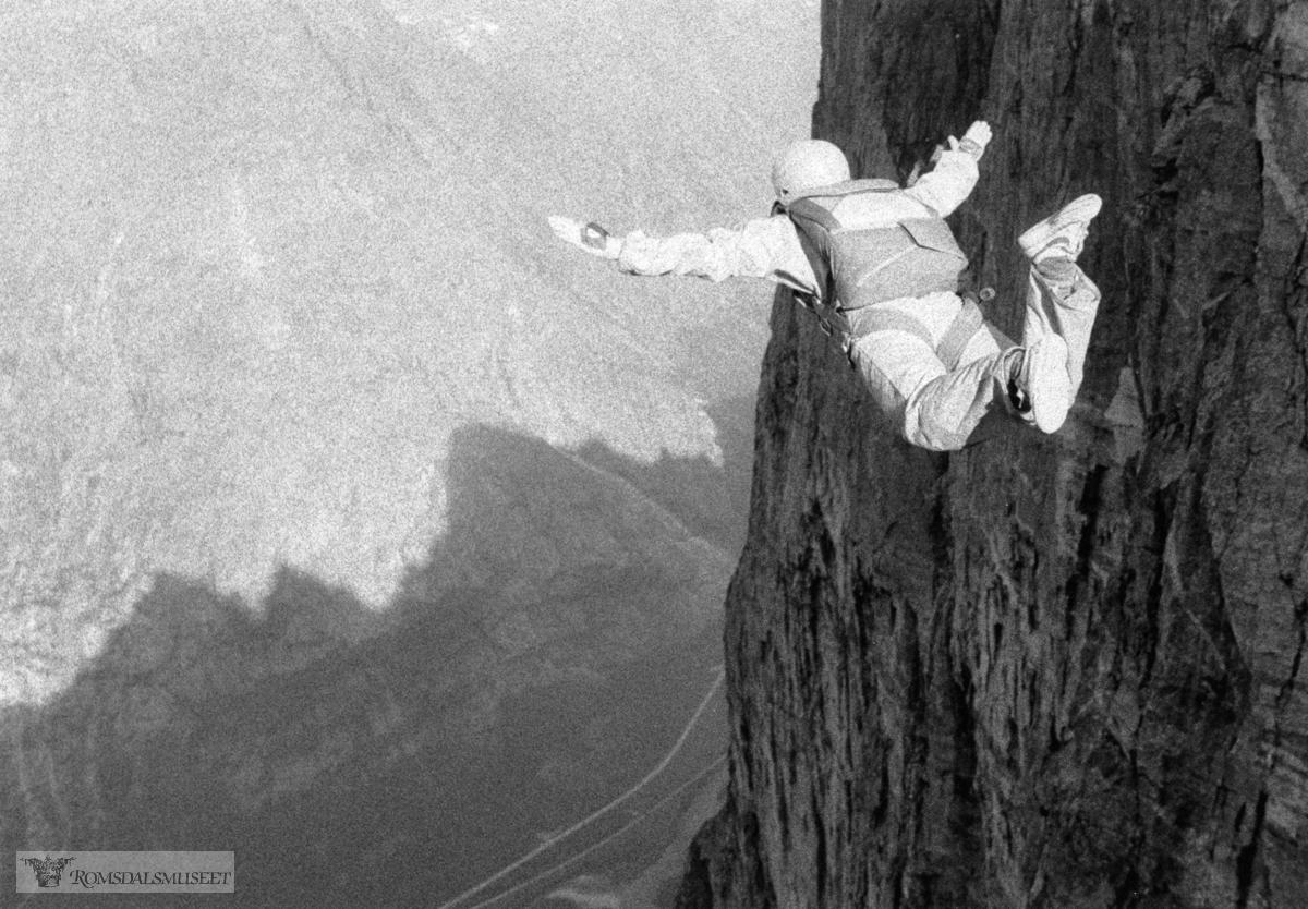 Fallskjermhopping fra Bruraskaret..(Trykt i RB 23.10.1991)