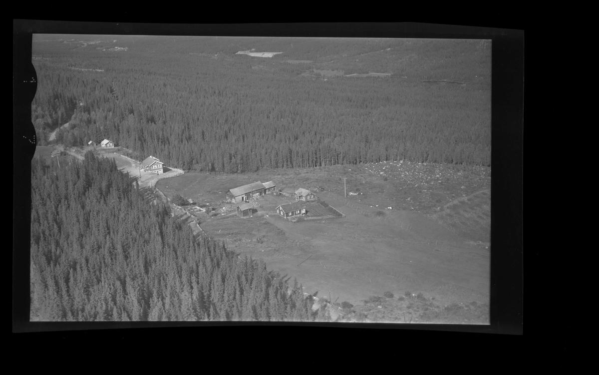Flyfoto av Brennhovd Synste og Grønlio Skule. Låve ,stabbur,hallingstugu,skulehus.