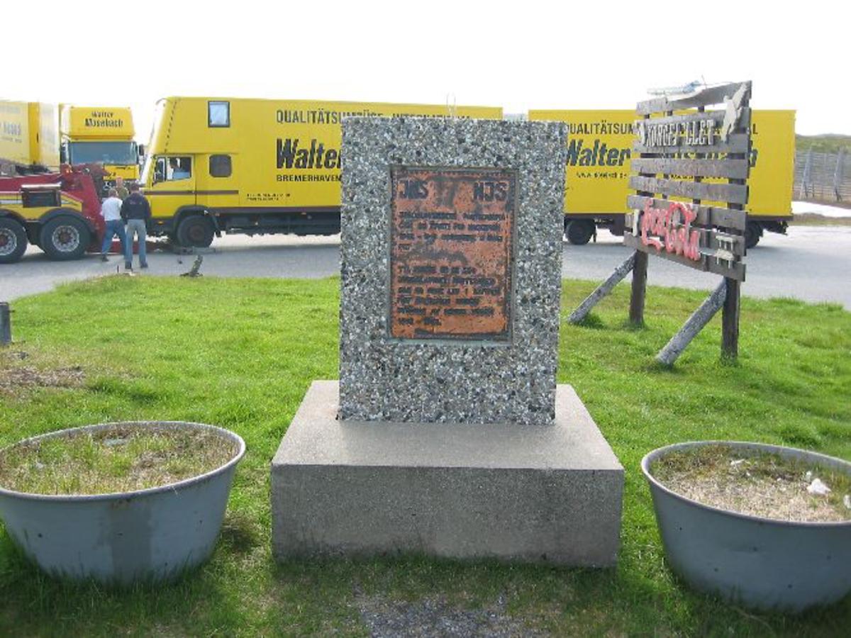 Bautastein med minnetavle av kobber.