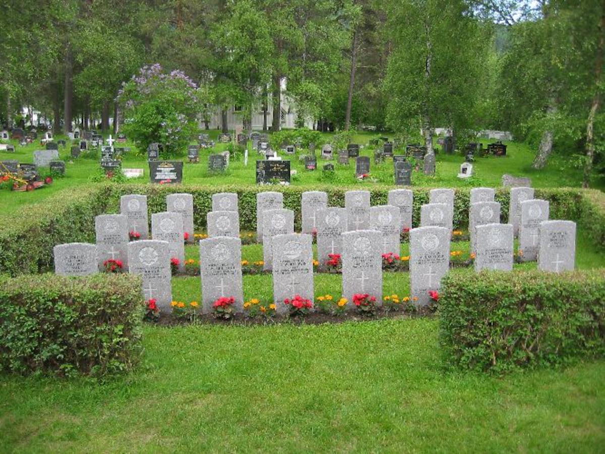 Gravfelt med flere gravsteiner.