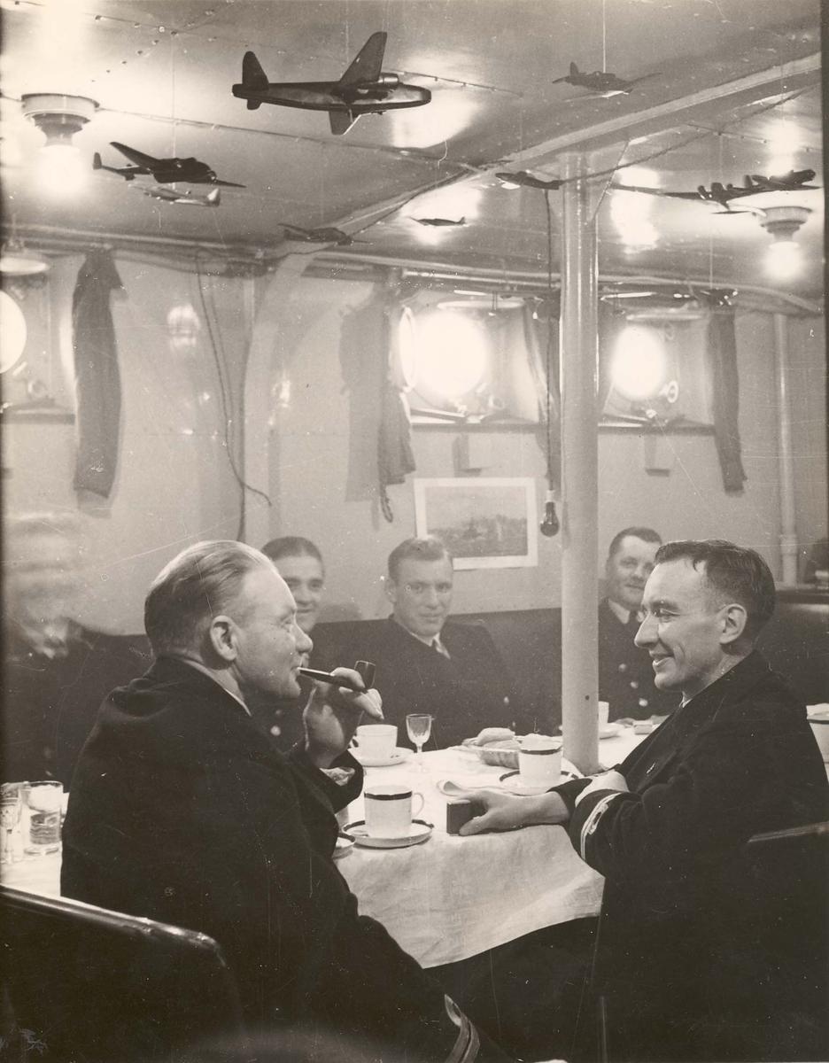 """Jageren """"Sleipner"""" -  fra offisersmessen under 2, VK. Nærmest løytnantene Hjalmar Pedersen og Dagfinn Kjeholdt."""