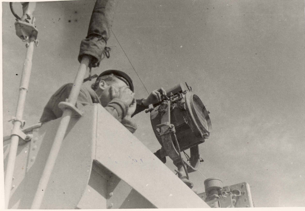 """Detaljer fra livet om bord i jageren """"Eskdale"""" under 2. VK. Signalgast i virksomhet."""